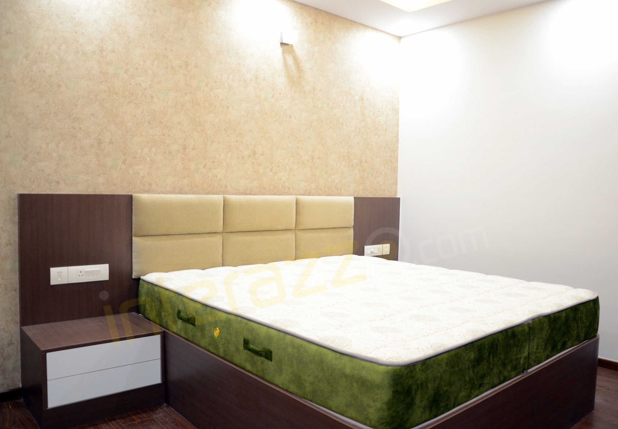 upload/bedroom/King_Size_Cot_With_Wallpaper.jpg